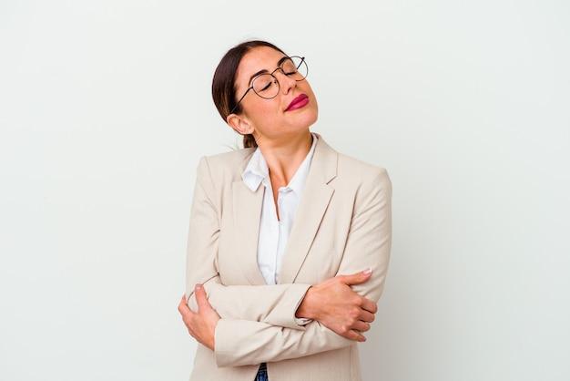 Jeune femme caucasienne d'affaires isolée sur fond blanc câlins, souriante insouciante et heureuse.