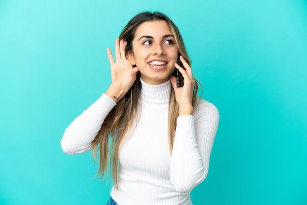 Jeune femme caucasienne à l'aide de téléphone portable isolé