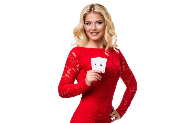 Jeune femme caucasienne aux longs cheveux blonds clairs en tenue de soirée tenant des cartes à jouer. isolé. poker