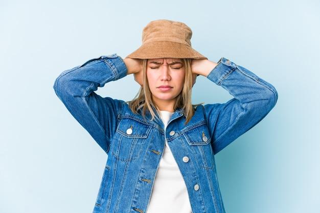 Jeune femme caucasienne blonde isolée couvrant les oreilles avec les mains en essayant de ne pas entendre un son trop fort.