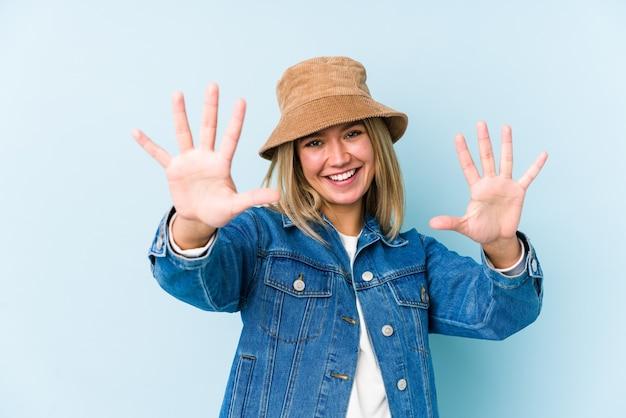 Jeune femme caucasienne blonde isolée montrant le numéro dix avec les mains.