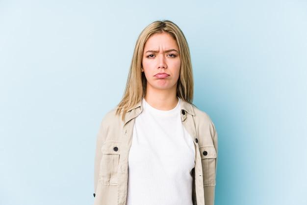 Jeune femme caucasienne blonde isolée visage triste, sérieux, se sentant misérable et mécontent.