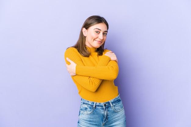 Jeune femme caucasienne câlins, souriant insouciant et heureux.