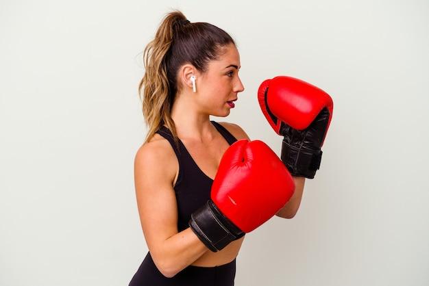 Jeune femme caucasienne combats avec des gants de boxe isolated on white