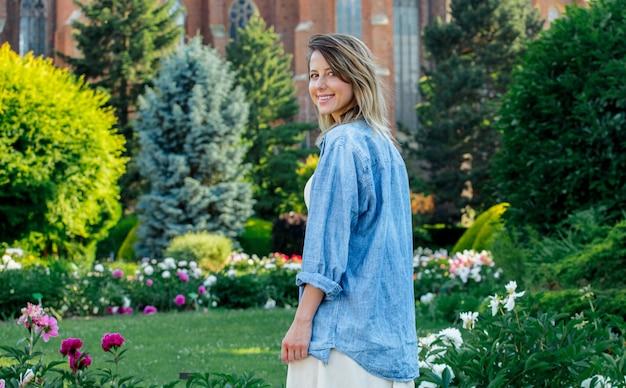 Jeune femme caucasienne dans le jardin de printemps