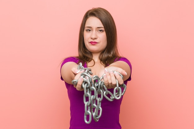 Jeune femme caucasienne enchaînée