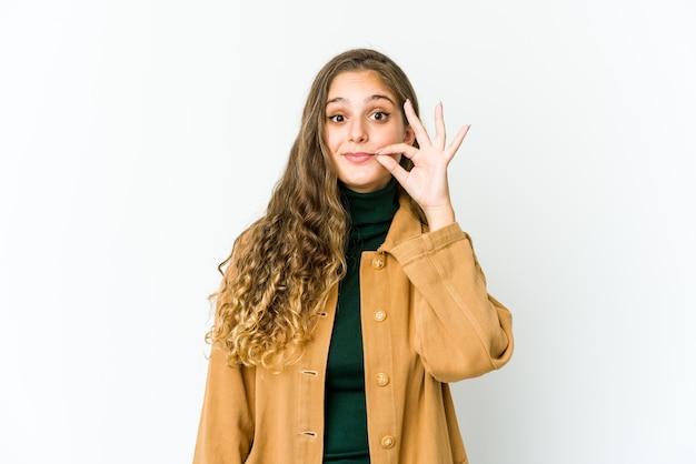 Jeune femme caucasienne, exprimant des émotions isolées