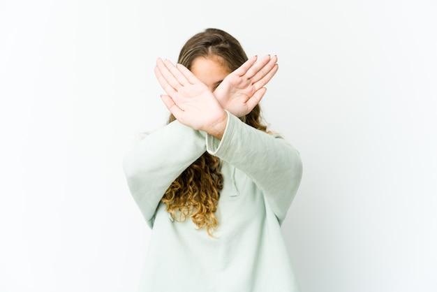 Jeune femme caucasienne gardant deux bras croisés, concept de déni.