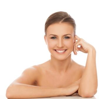 Jeune femme caucasienne heureuse nue