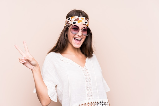 Jeune femme caucasienne hipter isolée joyeuse et insouciante montrant un symbole de paix avec les doigts