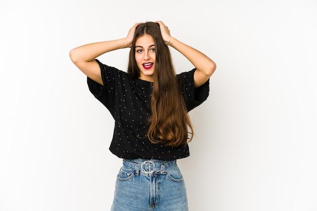 Jeune femme caucasienne hurlant, très excitée, passionnée, satisfaite de quelque chose.