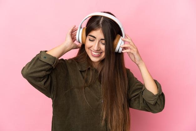 Jeune femme caucasienne isolée écoute de la musique
