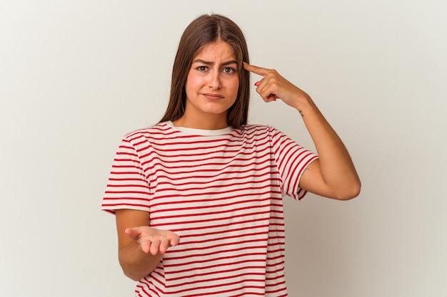 Jeune femme caucasienne isolée sur fond blanc ayant une douleur à l'épaule.