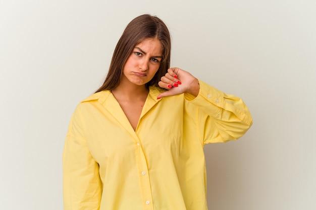 Jeune femme caucasienne isolée sur fond blanc ayant un mal de tête, touchant le devant du visage.