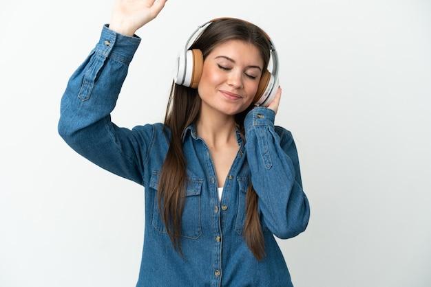 Jeune Femme Caucasienne Isolée Sur Fond Blanc, écouter De La Musique Et Danser Photo Premium