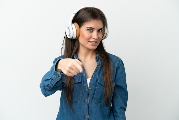 Jeune femme caucasienne isolée sur fond blanc, écouter de la musique