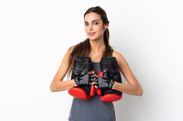 Jeune femme caucasienne isolée sur fond blanc avec des gants de boxe