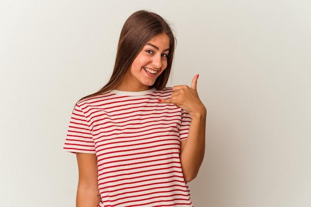 Jeune femme caucasienne isolée sur fond blanc montrant le pouce vers le bas et exprimant son aversion.
