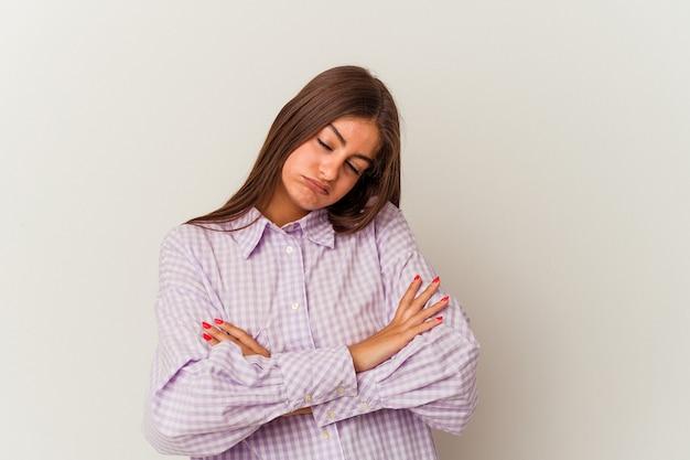 Jeune femme caucasienne isolée sur fond blanc se détend après une dure journée de travail, elle fait du yoga.