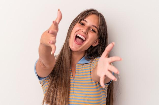 Jeune femme caucasienne isolée sur fond blanc se sent confiante en donnant un câlin à la caméra.