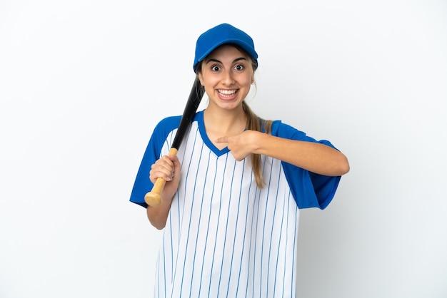 Jeune femme caucasienne jouant au baseball isolé sur fond blanc avec une expression faciale surprise