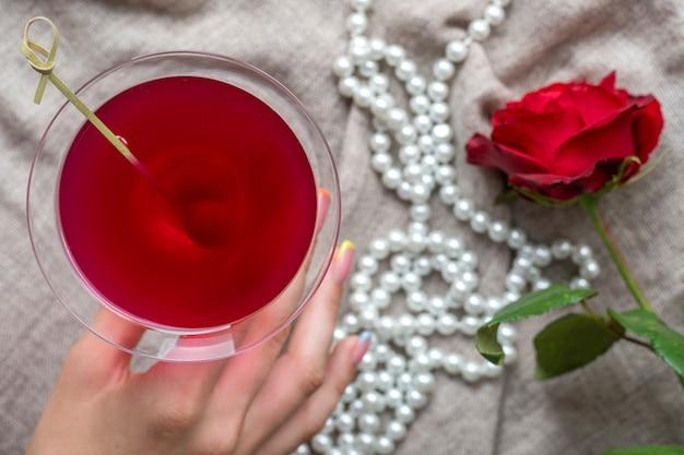 Jeune femme caucasienne main tenant un martini aux olives