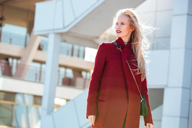 Jeune femme caucasienne marchant à l'extérieur.