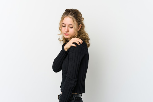 Jeune femme caucasienne sur mur blanc ayant une douleur à l'épaule.