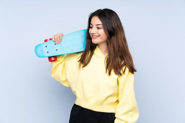 Jeune femme caucasienne avec un patin