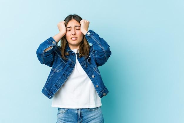 Jeune femme caucasienne pleure, mécontente de quelque chose, de l'agonie et de la confusion.