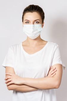 Une jeune femme caucasienne porte un masque facial pour se protéger contre le virus