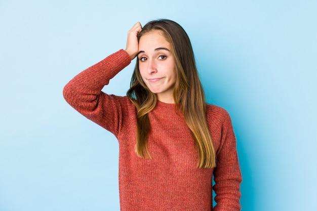Jeune femme caucasienne posant isolée étant choquée, elle s'est souvenue d'une réunion importante.