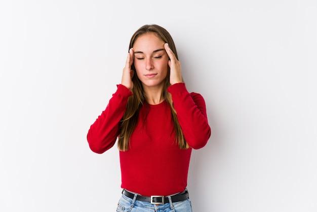 Jeune femme caucasienne posant des temples touchants isolés et ayant des maux de tête.