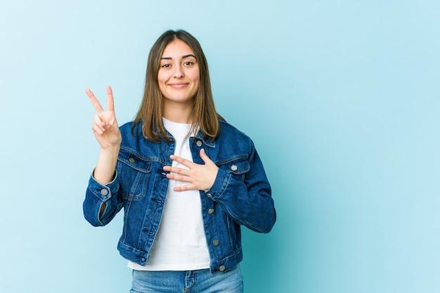 Jeune femme caucasienne prêtant serment, mettant la main sur la poitrine.