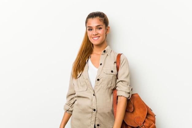 Jeune femme caucasienne prête pour un voyage heureux, souriant et gai.