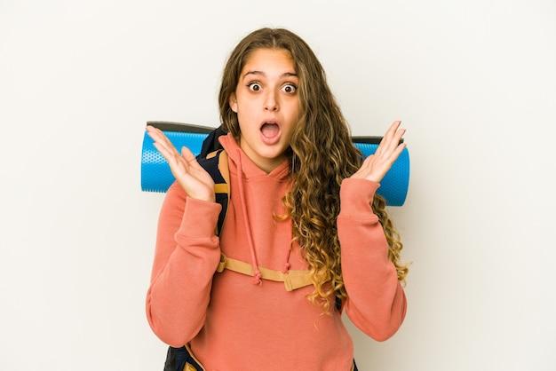 Jeune femme caucasienne prête pour un voyage surpris et choqué.