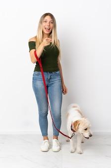 Jeune femme caucasienne, promener le chien