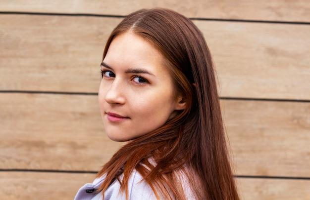Jeune femme caucasienne regardant la caméra