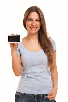 Jeune femme caucasienne avec smartphone