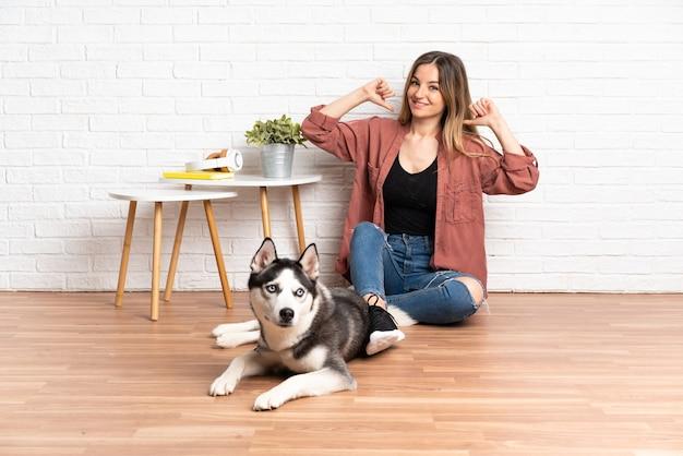 Jeune femme caucasienne avec son chien à l'intérieur
