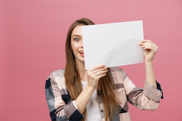Jeune Femme Caucasienne Tenant Une Feuille De Papier Vierge Photo Premium