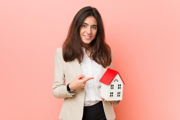 Jeune femme caucasienne tenant une icône de la maison