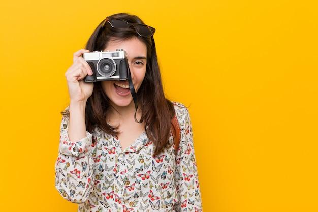 Jeune femme caucasienne tenant un millésime