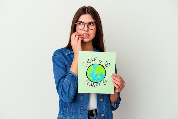 Jeune femme caucasienne tenant une pancarte de vie végétalienne isolée