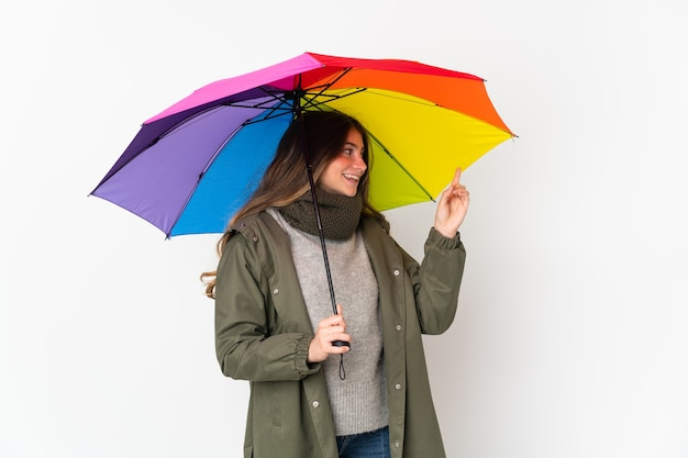 Jeune femme caucasienne tenant un parapluie isolé sur fond blanc pointant vers le haut une excellente idée