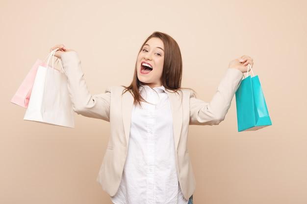 Jeune femme caucasienne va faire du shopping