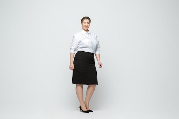Jeune femme caucasienne en vêtements décontractés. caractère féminin positif du corps, plus la femme d'affaires de taille