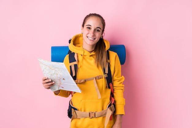 Jeune femme caucasienne de voyageur isolée heureuse, souriante et joyeuse.