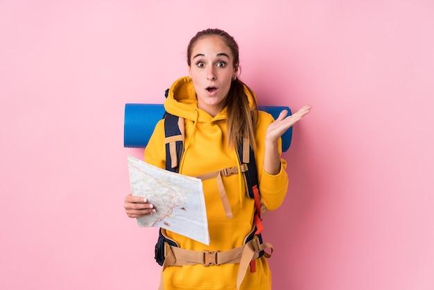 Jeune femme caucasienne de voyageur isolée surprise et choquée.