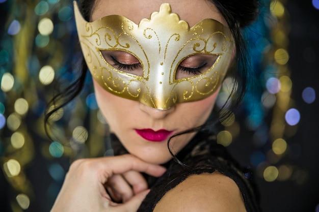 Jeune femme célébrant le carnaval vénitien